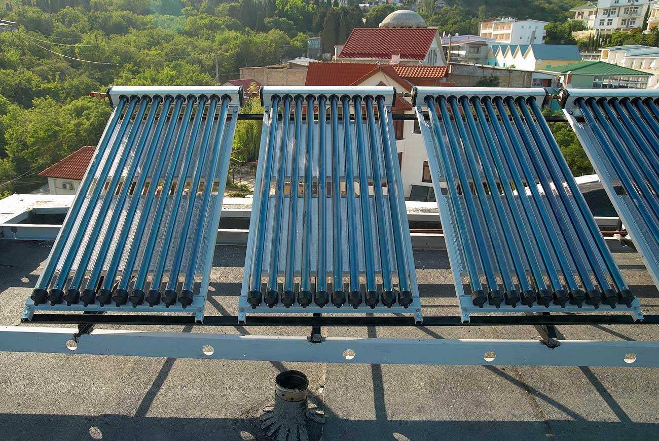 Omakotitalon ostoenergian tarvetta saa ruuvattua 20–30 prosenttia alaspäin asentamalla päälämmityksen rinnalle aurinkokeräimet. Kesällä käyttöveden teossa ei muuta lämmitystä tarvita. Kuvassa tyhjiöputkikeräimiä. Kuva: Pavlo Vakhrushev | Dreamstime.com