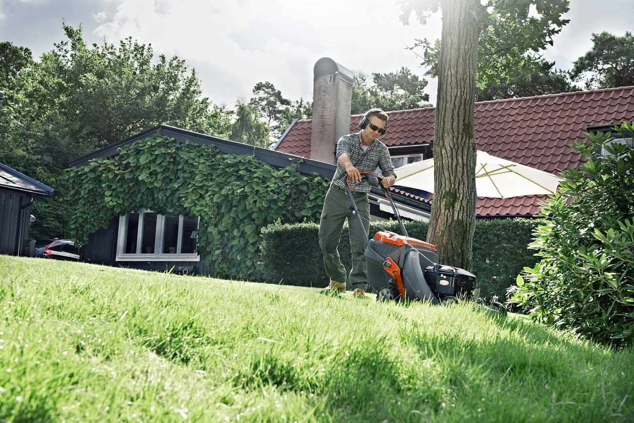 Silppuavaa bioleikkuria käyttävän pitää leikata ruoho usein. Kerääjällä varustetulla leikkurilla riittää harvempikin leikkuuväli. Kuva: Husqvarna