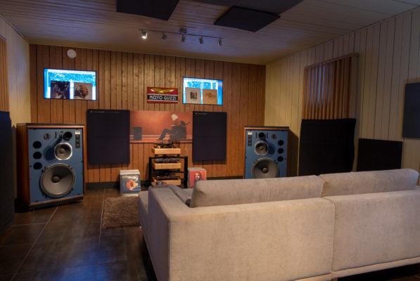Musiikinkuuntelutilassa kaikki on tehty äänentoiston ehdoilla katto- ja seinärakenteita sekä akustointia myöten.